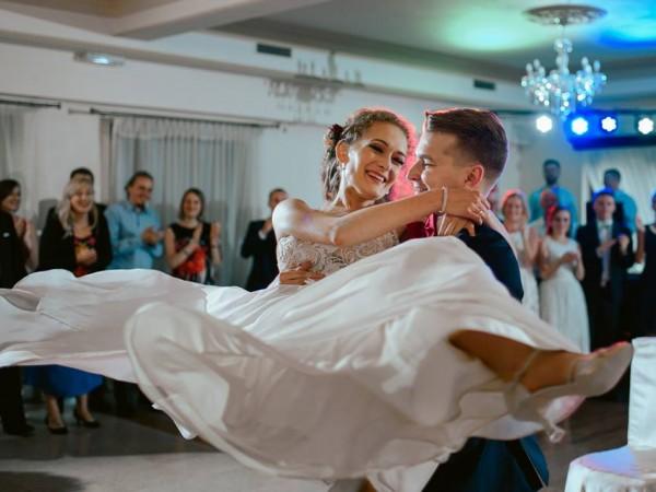"Pierwszy taniec Izy i Mateusza – F. Sinatra ""I love you baby"""